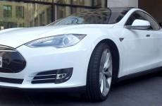 Einer der ersten Tesla Model S die vom Band liefen, steht für die Probefahrten in Frankfurt bereit.