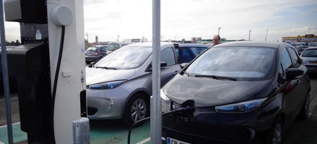 Kleines ZOE-Treffen an einer 43 Kilowatt-Ladesäule (Bild: © Dirk Asmus)