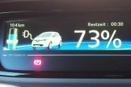 Anzeige im Renault ZOE beim Laden an einer 11 Kilowatt-Ladestation.