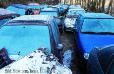 Alte verlassene Autos stehen auf einer Brache. Bild: flickr.com/Jonas CC BY-NC
