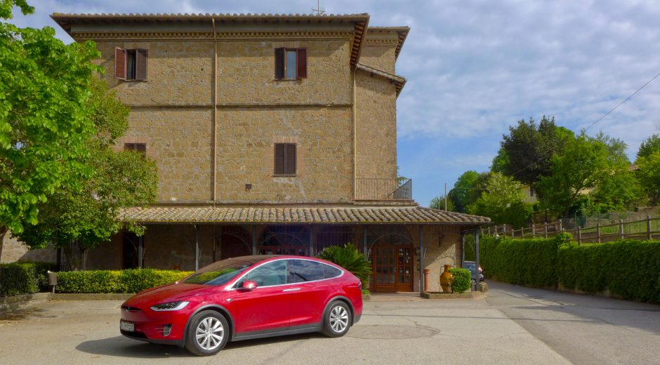 Das Tesla Model X vor dem La Pergola in Magliano Sabina