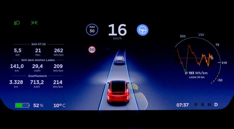 Das Dashboard eines Tesla Model X mit Verbrauchsanzeige.