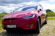 Das Tesla Model X in den Weinbergen nahe des Largo di Garda.